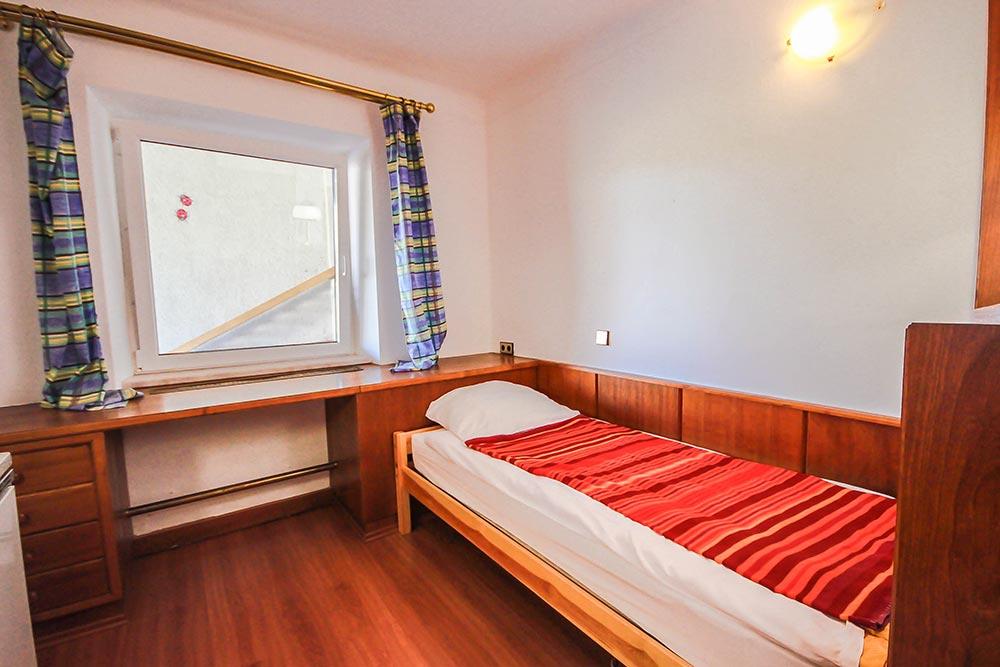 Garcionnere im Gästehaus Huss - Ansicht auf Bett und Fenster