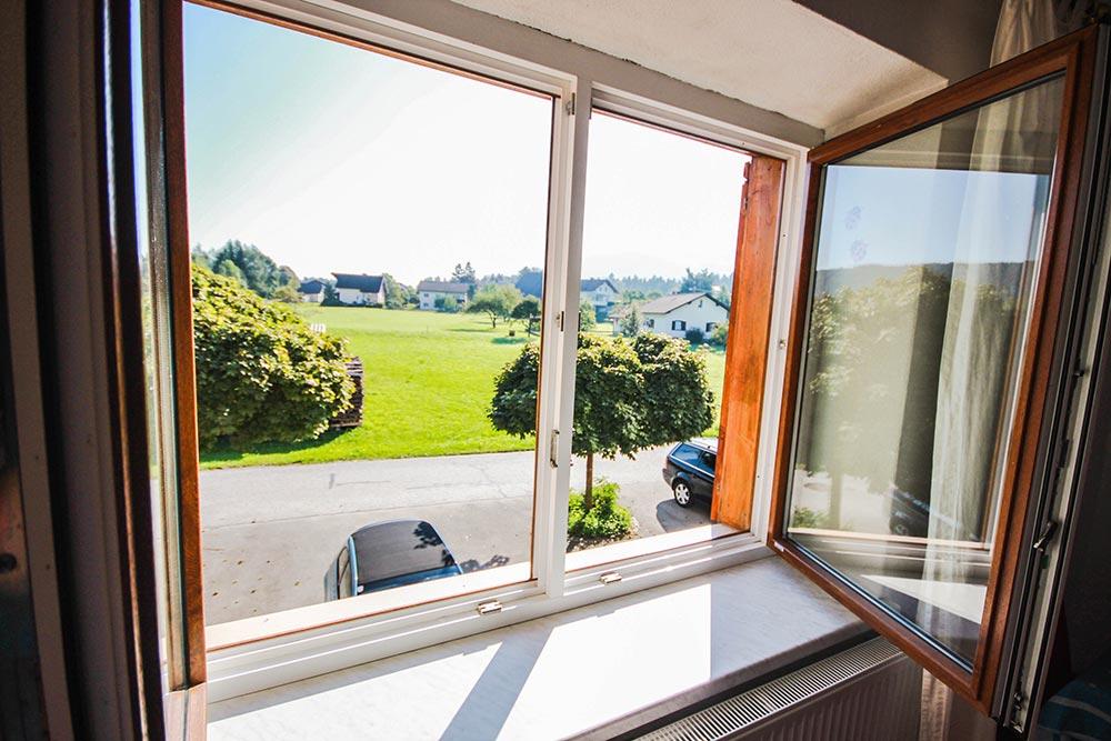 Garcionnere im Gästehaus Huss - Blick aus dem Fenster ins Grüne