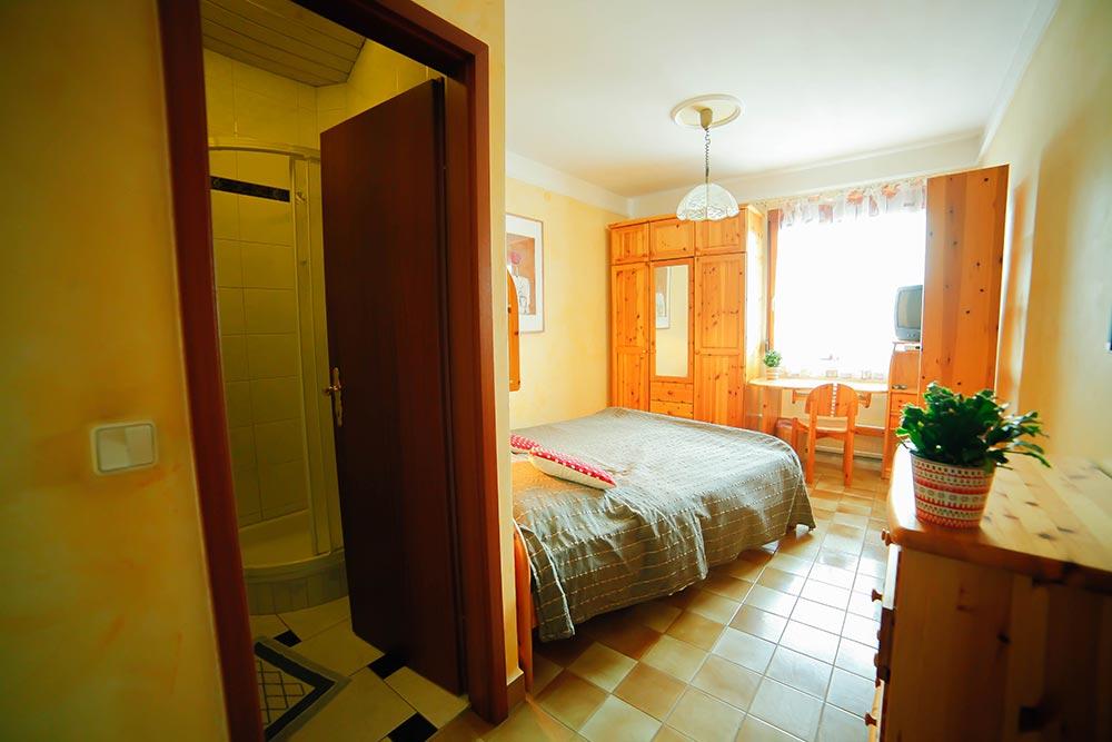 Zimmer 10 im Gästehaus Huss - Blick von der Eingangstür ins Zimmer