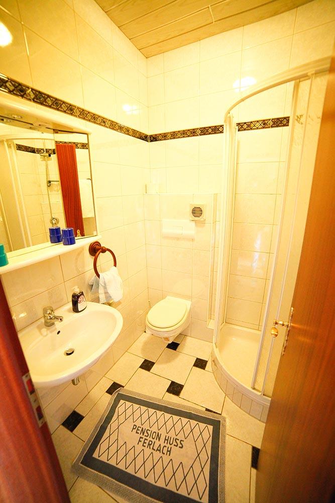Zimmer 10 im Gästehaus Huss - Blick in das Badezimmer