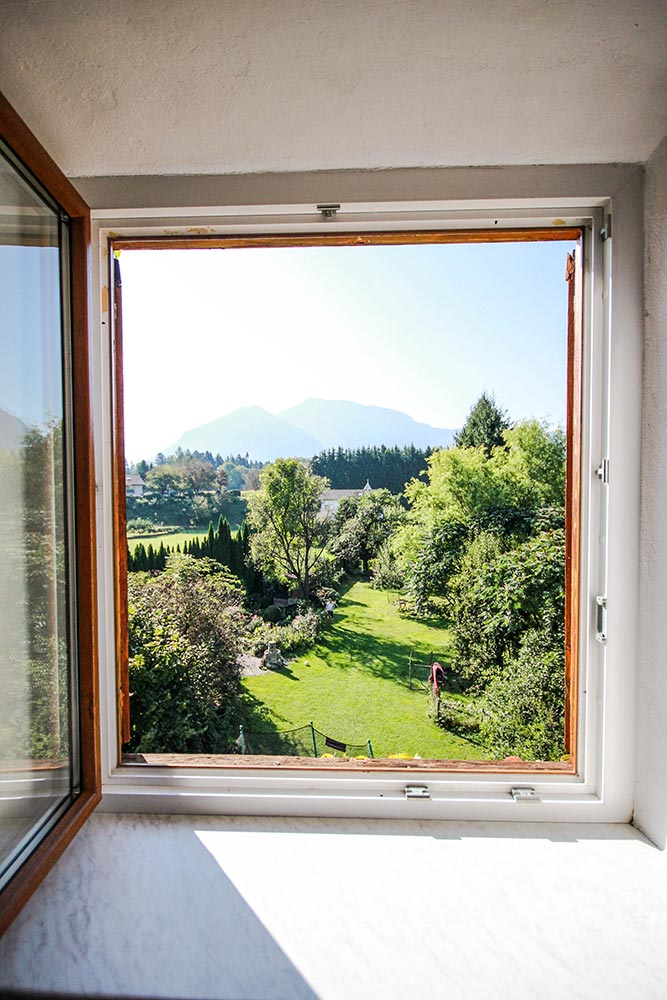 Das Zimmer 2 im Gästehaus Huss - Blick aus dem Fenster ins Grüne
