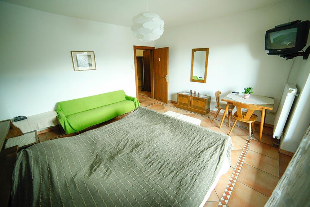 Zimmer 5 im Gästehaus Huss - Ansicht vom Bett auf das Zimmer