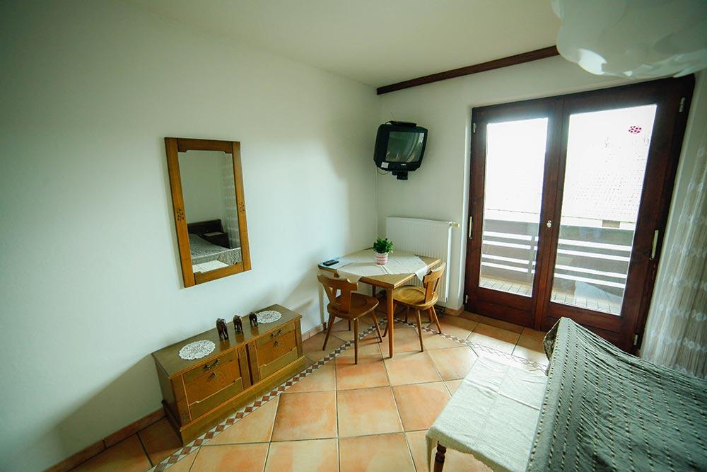Zimmer 5 im Gästehaus Huss - Ansicht auf Tisch und Fernseher