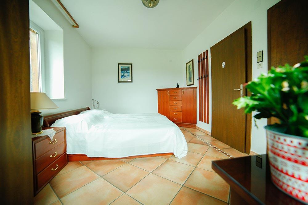 Zimmer im Gästehaus Huss - Ansicht aufs Bett und Eingang
