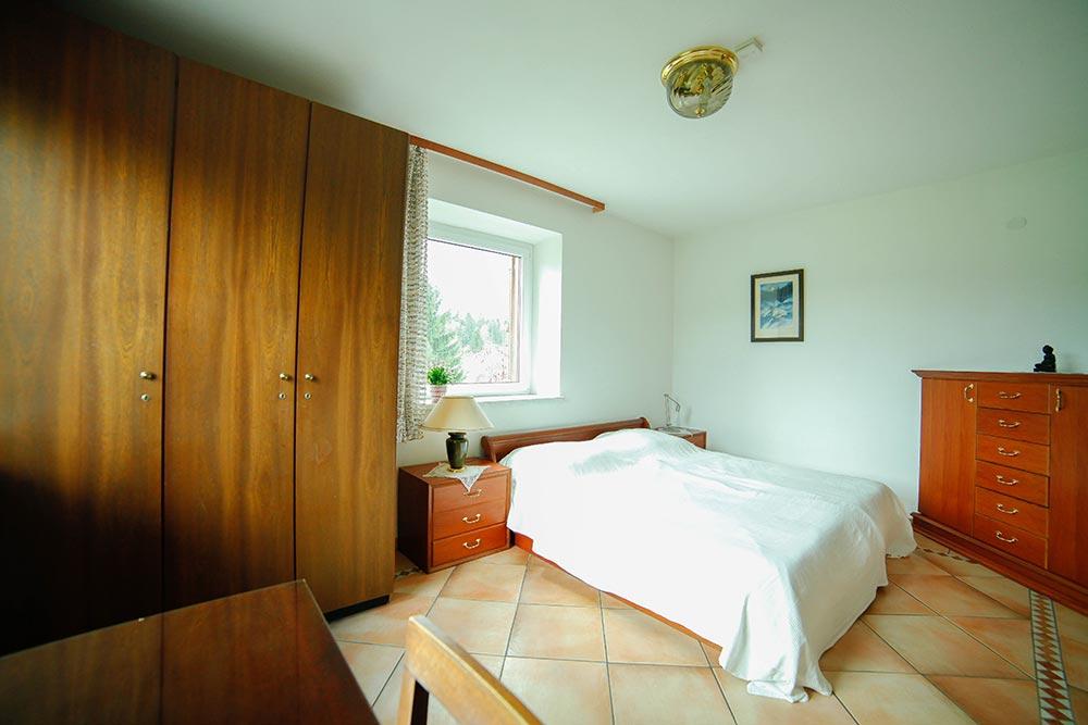 Zimmer 1 im Gästehaus Huss - Ansicht auf Bett und Fenster