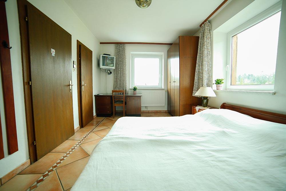 Zimmer 1 im Gästehaus Huss - Ansicht auf Schreibtisch und Badezimmertür