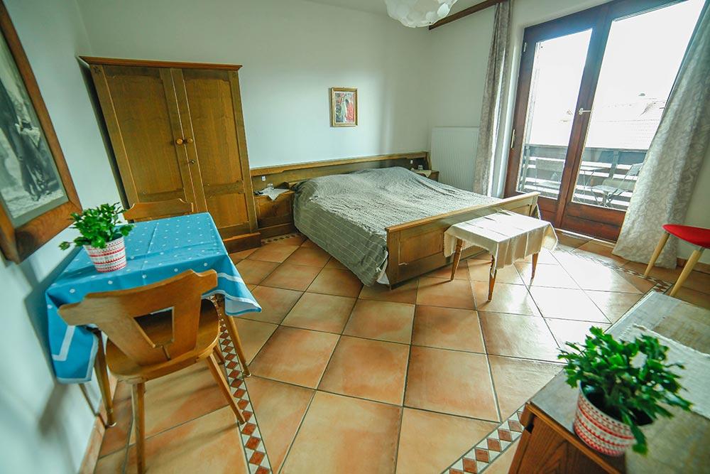 Zimmer 4 im Gästehaus Huss - Ansicht auf Bett