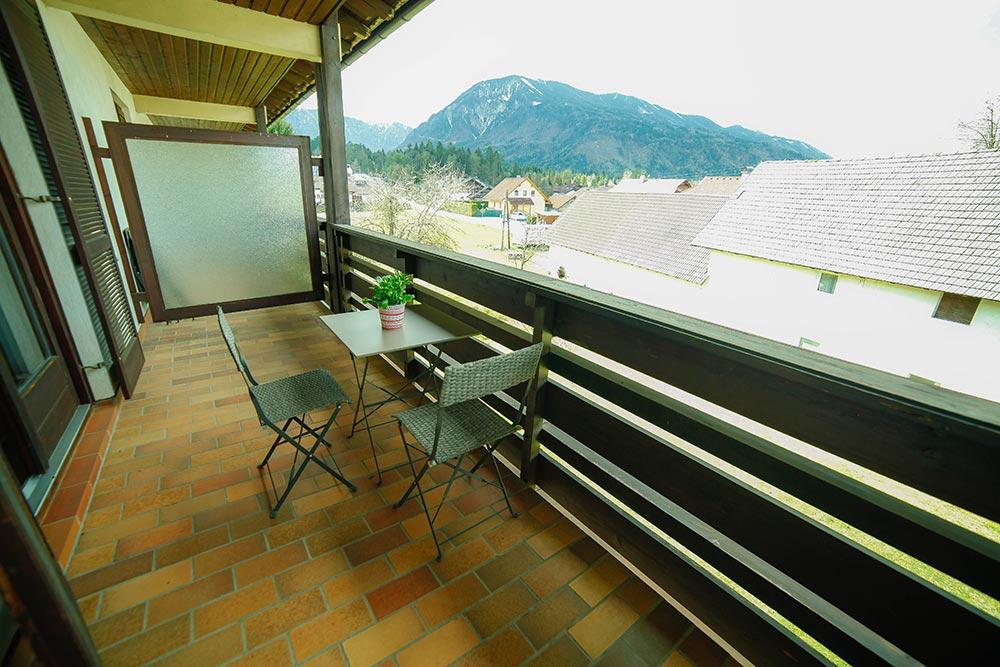 Zimmer 4 im Gästehaus Huss - Der Balkon mit Aussicht auf die Karawanken