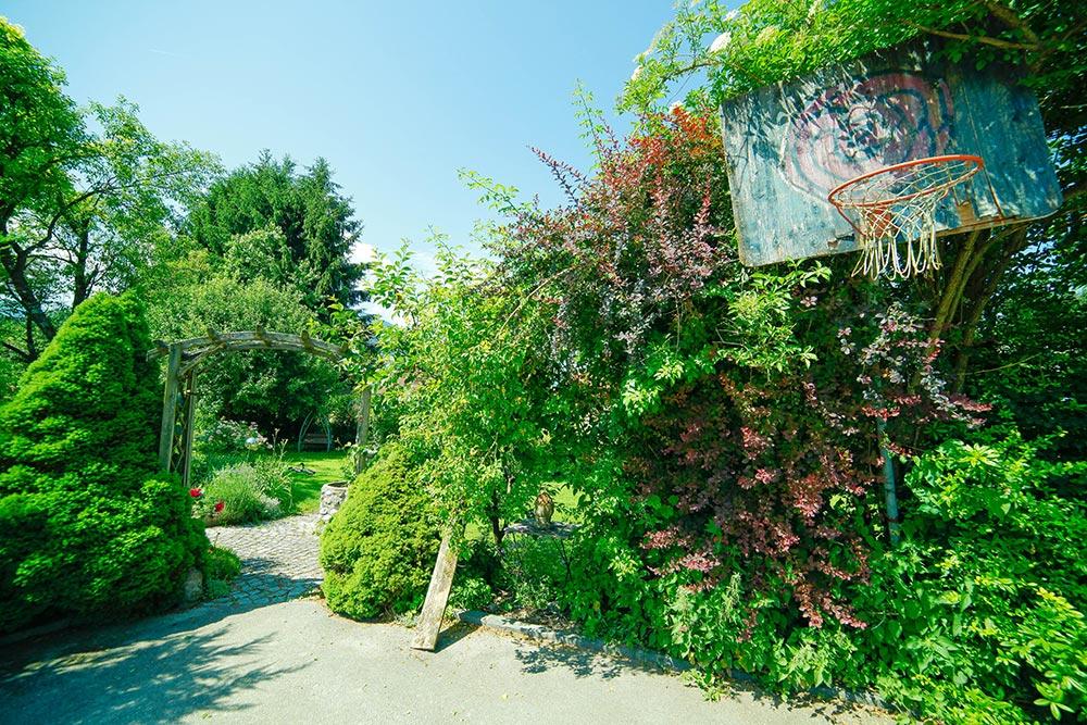 Gästehaus Huss - Basketballkorb mit Eingang in den Garten