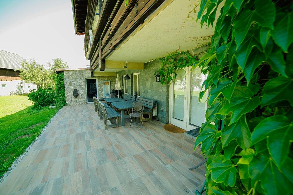 Gästehaus Huss - Terrasse mit Sitzmöglichkeiten und Grill